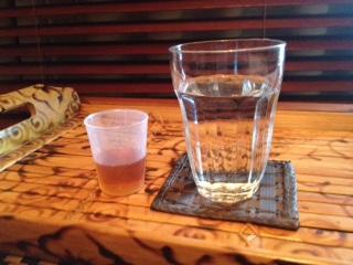 写真⑥→酵素ドリンクと水の写真